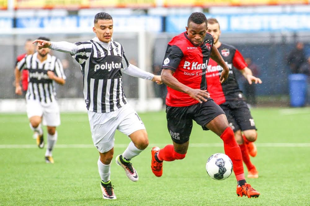 Cedric Badjeck (rechts) van De Treffers snelt langs Achilles-speler Imran Oulad Omar tijdens de derby afgelopen seizoen in de tweede divisie. Beide spelers zijn weg bij de club.