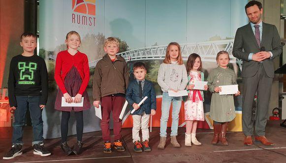De winnaars van de stoeptekenwedstrijd kregen een cadeaubon