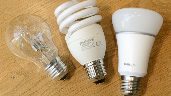 Een halogeen-lamp, een spaarlamp en een ledlamp.