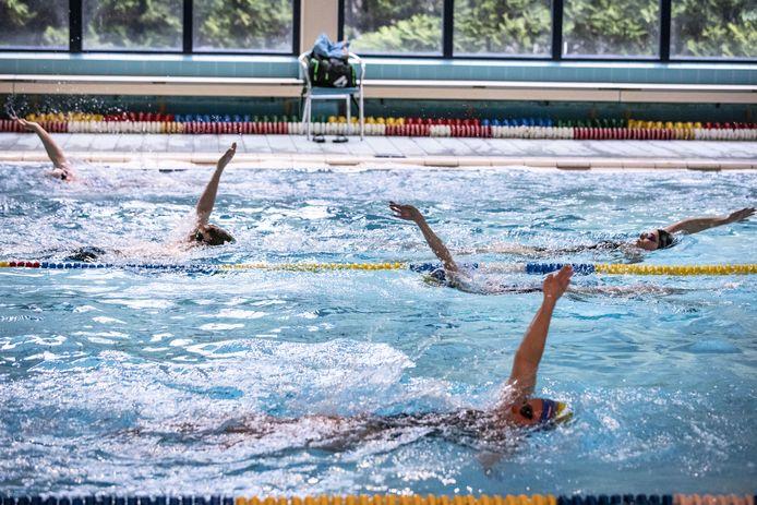 Baantjes trekken in coronatijd, in het zwembad in Oldenzaal.