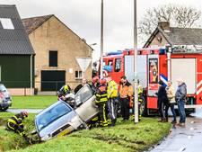 Echtpaar belandt met auto in greppel in Tilburg
