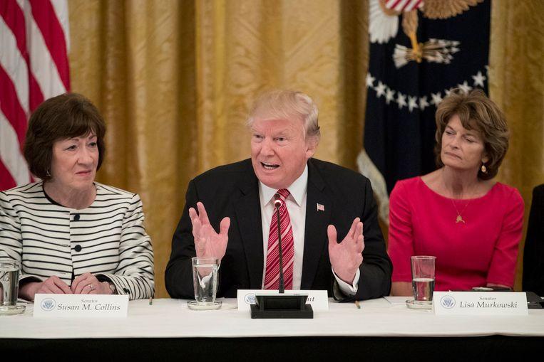 Susan Collins (links) en Lisa Murkowski (rechts) tijdens een bespreking met o.a. president Trump Beeld EPA