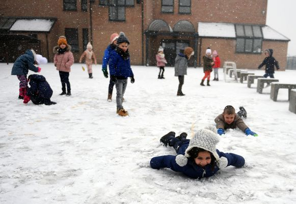 De derde kleuterklas van school De Boomhut in Kampenhout beleefde dolle pret in de sneeuw.
