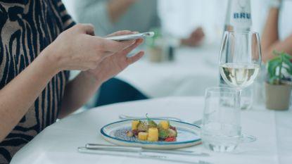 """Bord met een boodschap in strijd tegen 'foodstagramming': """"Geniet van het eten, maar vooral van elkaar"""""""