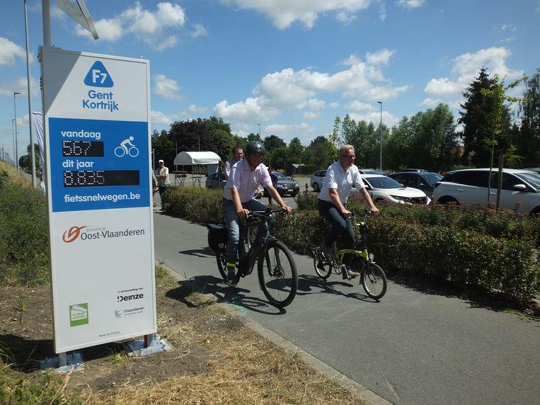 Burgemeesters Jan Vermeulen (CD&V) en Simon Lagrange (Open Zulte) fietsten in juni samen met gedeputeerde Peter Hertog de fietsteller aan het station officieel in.