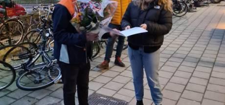 Geliefde pakketbezorger Bahnam werd bruut beroofd: Utrechtse buurt verrast hem met geldbedrag