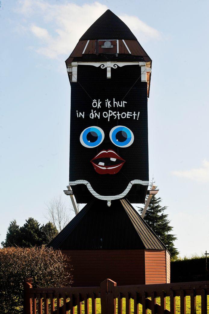 In 2009 riep de Moergestelse molen, tijdelijk zonder wieken, op tot deelname aan de carnavalsoptocht.