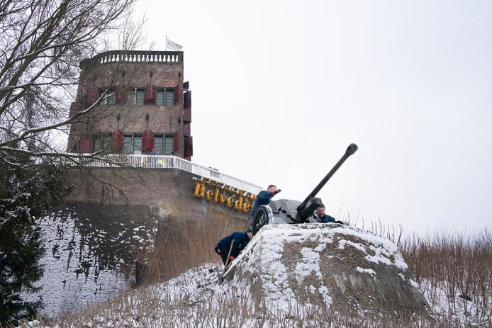 Terugplaatsing gerestaureerd Duits pac kanon bij Belvedere. Nijmegen, 24-1-2019 .