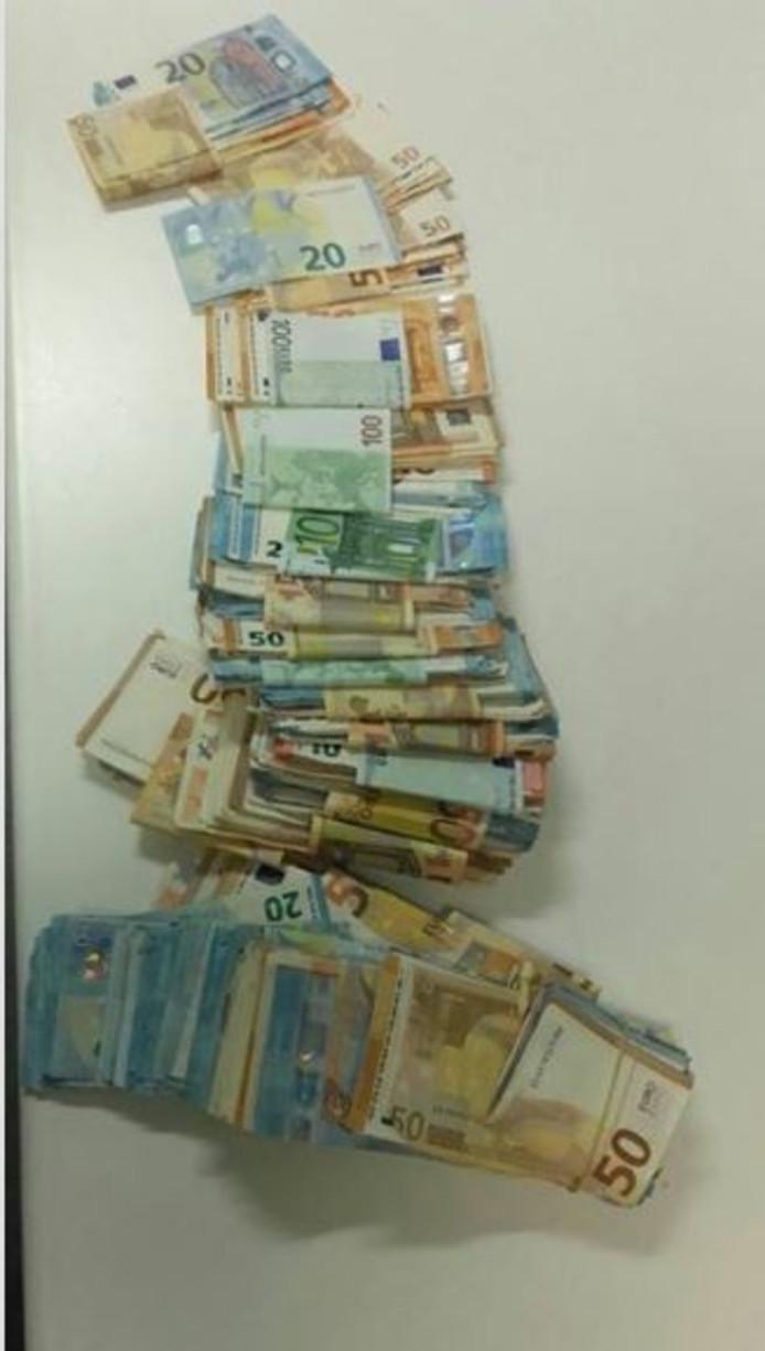 Het in beslag genomen geld.