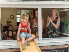 In tranen afscheid nemen van basisschool Drienermarke in Hengelo