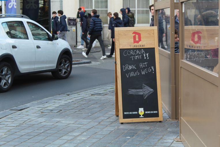 Een toepasselijk bord op de Markt van Waregem, net voor de lockdown inging.