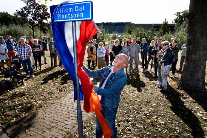 Kleinzoon Gerold Pijnenburg onthulde het eerste naambordje van het Willem Dat Plantsoen