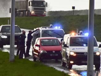 Geseind voertuig na achtervolging op snelweg tot stilstand gedwongen op afrit: twee inzittenden gearresteerd
