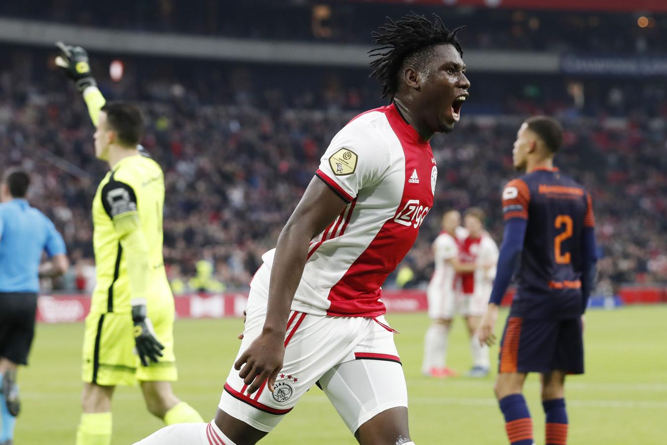 Lassina Traoré bekroonde ook zijn tweede basisplaats bij Ajax met een treffer.