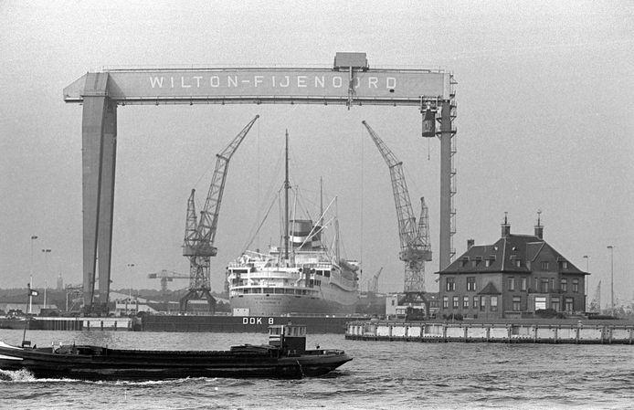 Scheepswerf Wilton-Fijenoord in 1967 met in het dok het SS Nieuwe Amsterdam, Scheepswerf Wilton-Fijenoord in Schiedam met daarnaast de directievilla.