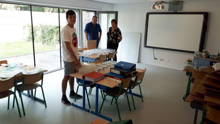 Meester Pepijn (vooraan) brengt zijn nieuwe klas nog gauw in orde.