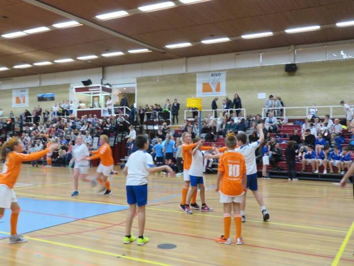 Een impressie van het schoolkorfbaltoernooi in de Reggehal in Rijssen.