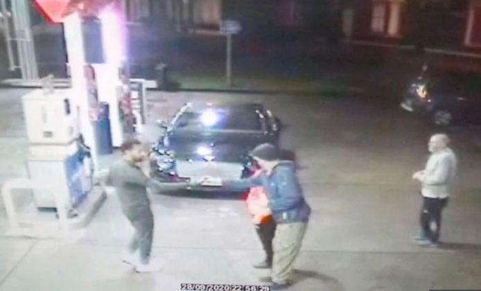 Les images de la caméra de surveillance montrent Salah donner un billet à la personne