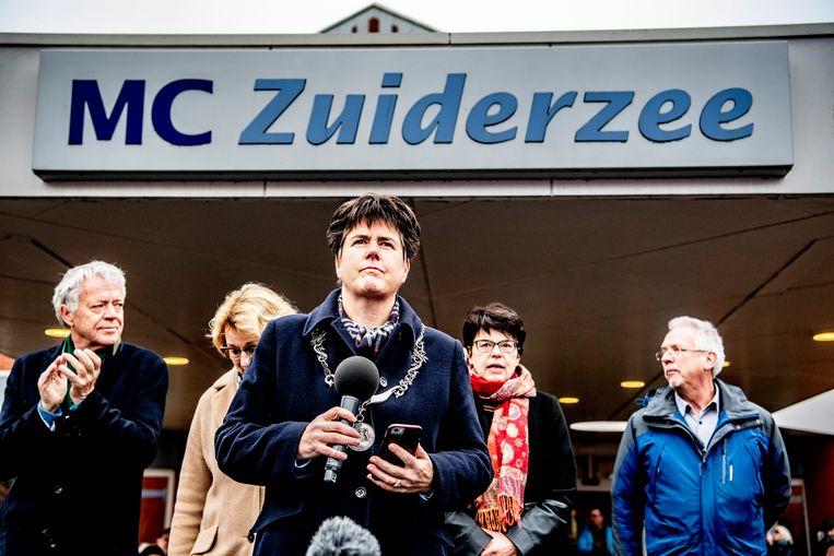 Ina Adema in haar rol als burgemeester van Lelystad, tijdens een manifestatie om de zorgverleners van het MC Zuiderzee ziekenhuis een hart onder de riem steken. Beeld Hollandse Hoogte/ANP