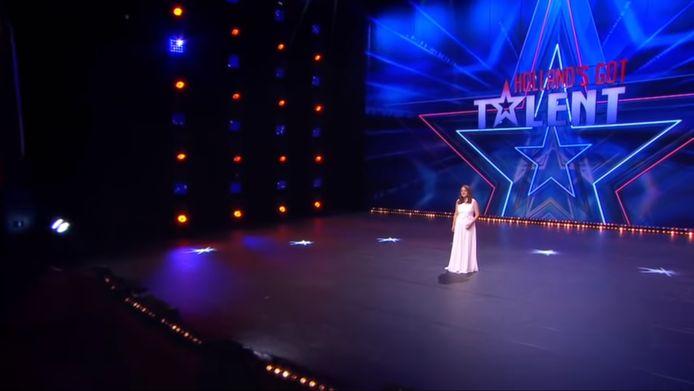 Videostill van een optreden van Sanne Pronk bij Holland's Got Talent.