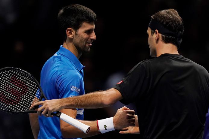 Roger Federer s'est qualifié pour les demi-finales du Masters en battant facilement Novak Djokovic en deux sets (6-4, 6-3). Le Suisse prend sa revanche contre le Serbe qui l'avait battu de justesse lors de la mémorable finale de Wimbledon il y a quatre mois et le prive de facto de la place de numéro un mondial, qui reste donc la propriété de Rafael Nadal à la fin de la saison.