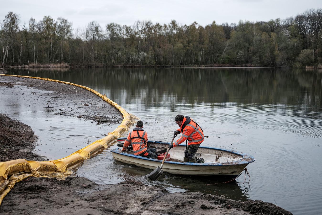 Er worden watermonsters genomen van het water van de kleiput.