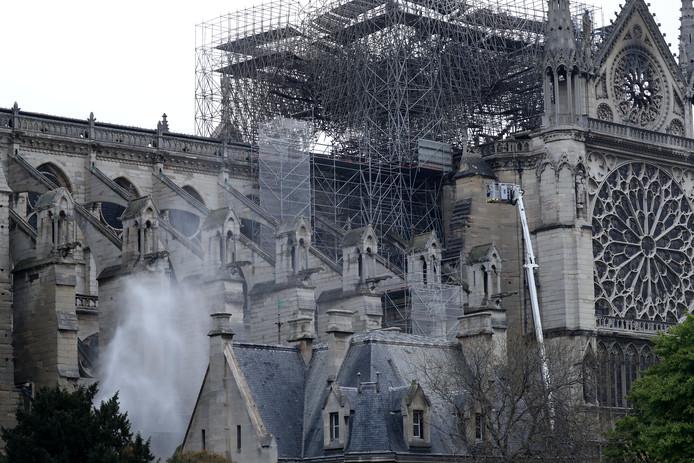 Links is te zien hoe de kathedraal wordt gekoeld.