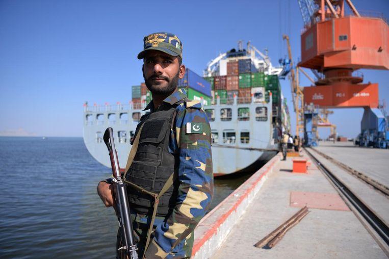 Een Pakistaanse soldaat houdt de wacht in de haven van Gwadar, die een hub moet worden voor de invoer van olie en gas, en de uitvoer van industriële producten. Beeld AFP/Getty Images