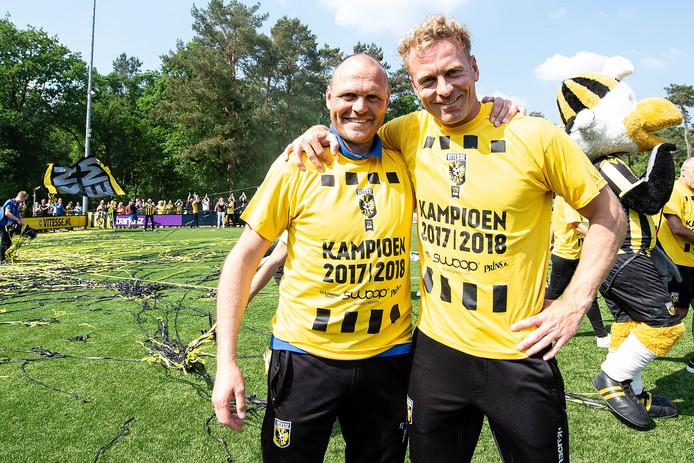Ruud Knol (rechts) viert het kampioenschap met Jong Vitesse-coach Joseph Oosting na de 4-1 winst op Baluw Geel '38.