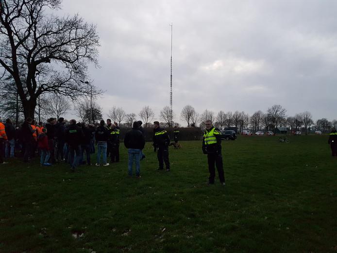 De politie was massaal ter plaatse aan de Vlakkenweg in Staphorst.