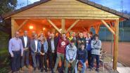 Leerlingen houtafdeling maken overkapping terras tennisclub