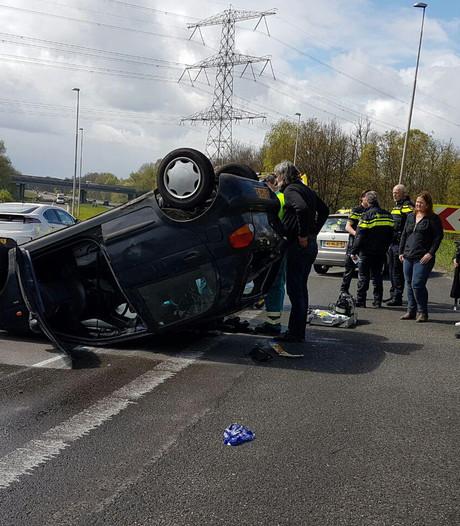 Ongeluk in lus A1: auto op de kop