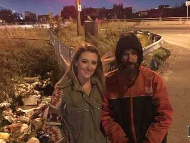 Kate McClure strandde (28) zonder benzine in Philadelphia en kon verder nadat dakloze Johnny Bobbitt  (35) zijn laatste 20 dollar aan haar voorschoot. Het leidde tot een grote crowdfundingsactie.