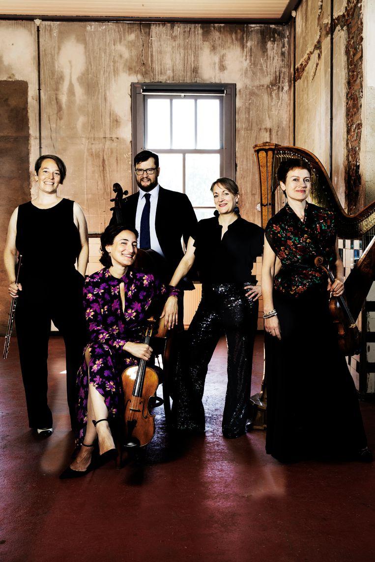 Ensemble Lumaka, met vanaf links: Jana Machalett (fluit), Martina Forni (altviool), Charles Watt (cello), Miriam Overlach (harp) en Saskia Viersen (viool). Beeld Sarah Wijzenbeek