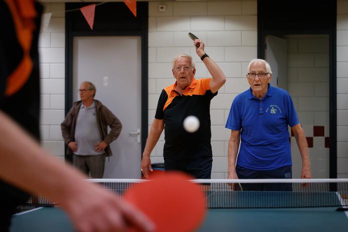 Jan Dingemans is vanaf dag één lid van tafeltennisvereniging Het Markiezaat. Naast hem Jan Hoppenbrouwers, die volgende week met 90 jaar de oudste is van de club.