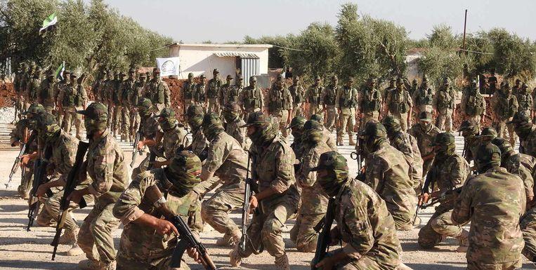 Leden van de rebellengroep Jabhat al-Shamiya oefenen nabij de Syrische stad Aleppo. Beeld