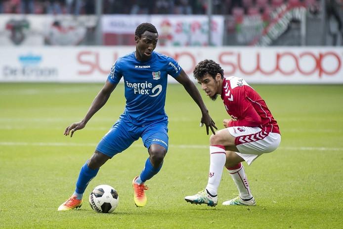 Janio Bikel passeert Yassin Ayoub van FC Utrecht.