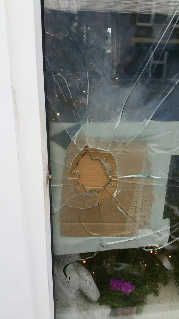Het gaat in het raam van de woning in Terborg.