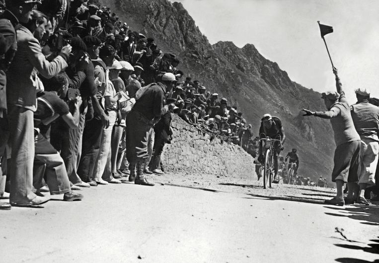 Sylvère Maës en Ambrogio Morelli op de flanken van de Tourmalet tijdens de 16de etappe  van de Tour de France 1935. Beeld AFP