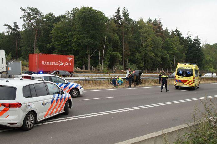 Bij het ongeval in Loon op Zand kwam een auto op zijn kant in de middenberm terecht.