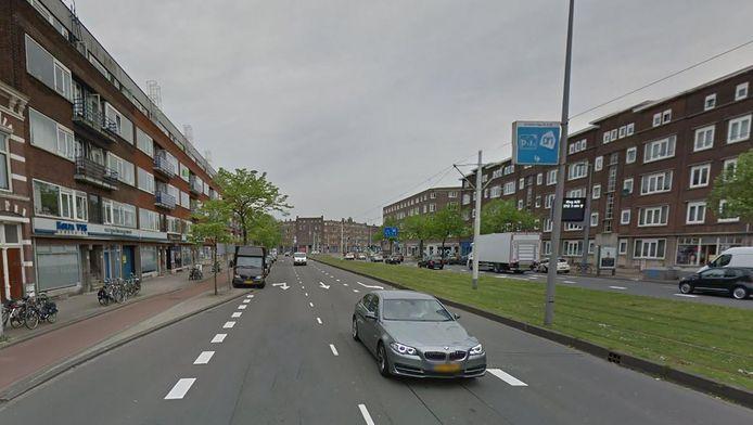 De vrouw werd op de Schieweg in Rotterdam tegen de grond gewerkt door een straatrover.