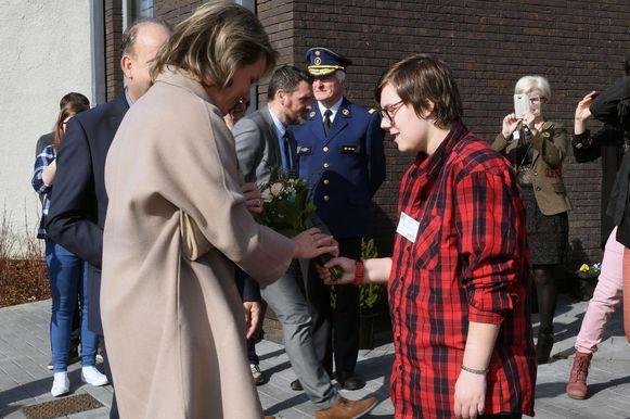 Bij De Wissel mocht Samantha Deboel de bloemen afgeven aan de Koningin, daartussen directeur Luc Deneffe.