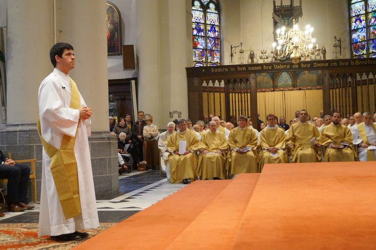 Birger Dassonneville werd zondag in de Sint-Michielskerk in Roeselare tot priester gewijd.