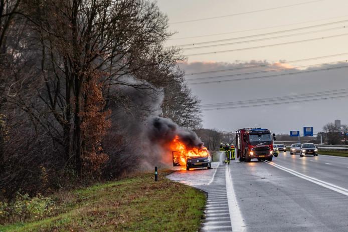 Auto uitgebrand op Midden-Brabantweg Tilburg