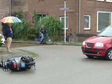 Meiden op scooter gewond bij aanrijding in Enschede