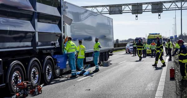Ongeval met truck op A27 bij Nieuwendijk: snelweg dicht richting Gorinchem.