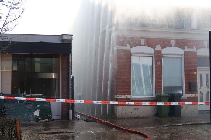 Waterscherm om te voorkomen dat de brand overslaat in Gilze.