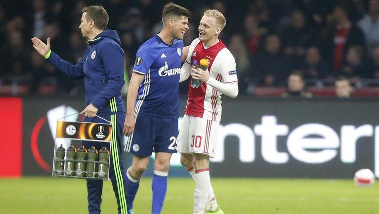 Klaas-Jan Huntelaar met Donny van de Beek na Ajax - Schalke 04 in de kwartfinale van de Europa League Beeld ANP Pro Shots
