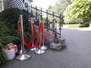 De roodpluchen afzetpaaltjes staan al klaar.