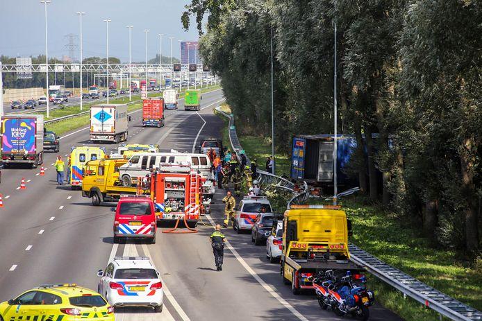 Een vrachtwagen en personenauto kwamen met elkaar in botsing op de A16 richting Dordrecht. De vrachtwagen belandde in de berm.
